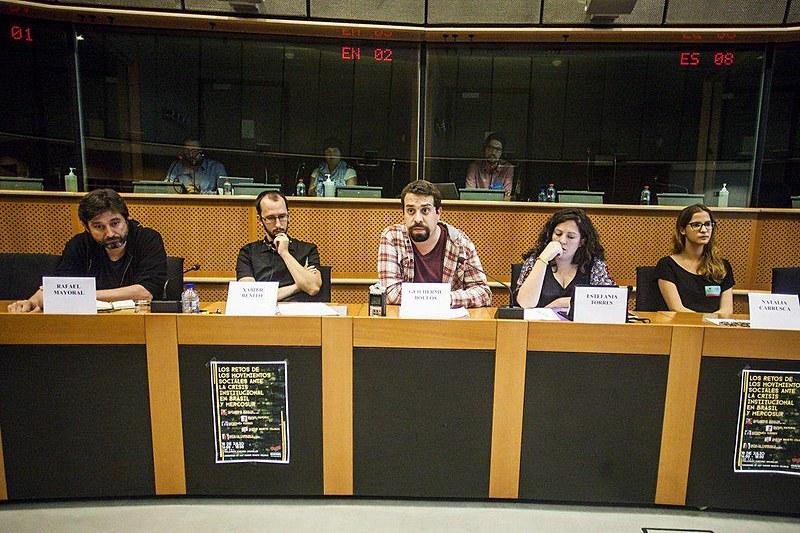 Guilherme Boulos (centro), coordenador da frente Povo Sem Medo, e eurodeputados do partido espanhol Podemos