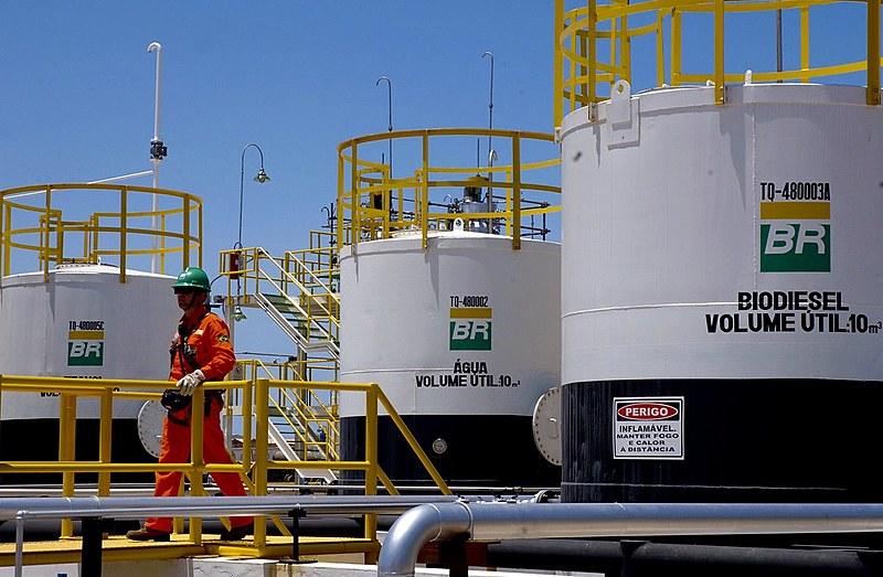A crise que afeta o mercado do petróleo, com baixo valor do barril, provocou prejuízos nas mais importantes empresas do setor.