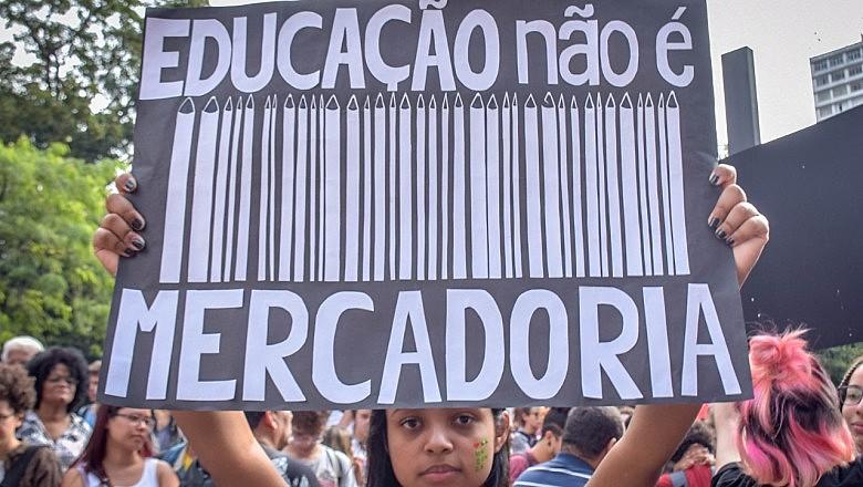Manifestantes se reuniram em mais de 200 cidades brasileiras para protestar contra os cortes na educação