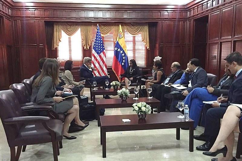 Os chanceleres dos EUA e de Venezuela, John Kerry e Delcy Rodríguez e suas equipes