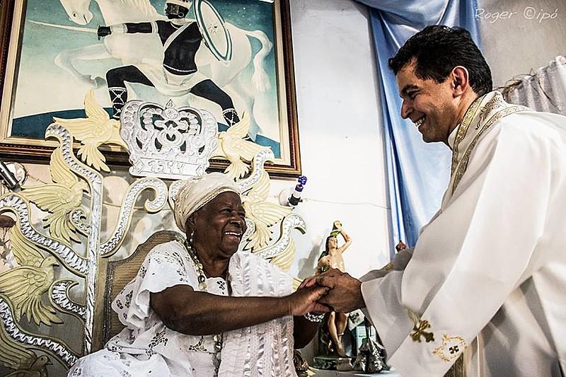 Mãe Edelzuíta de Oxaguian, uma das principais referências na luta pelos direitos dos povos de terreiro, saúda padre