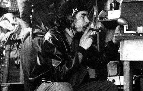 Che Guevara durante as transmissões clandestinas d a Rádio Rebelde