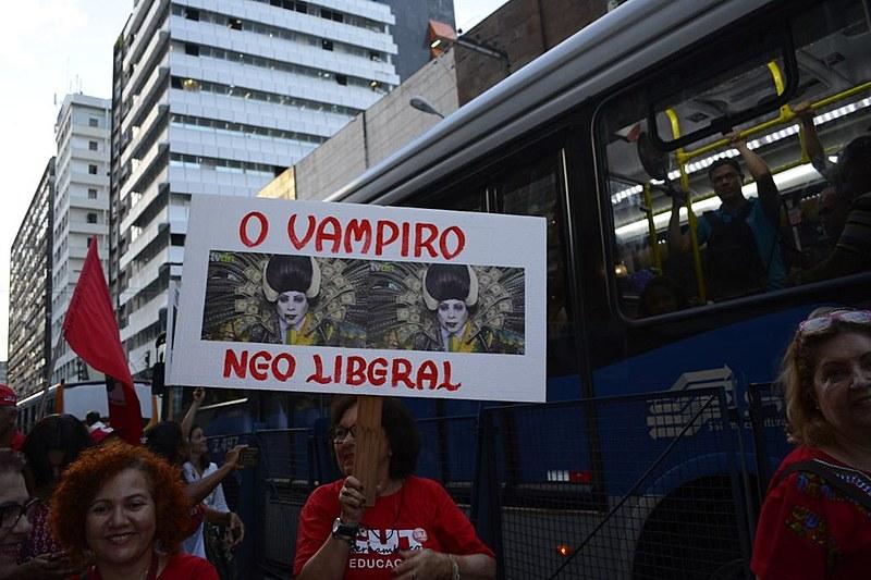 A mobilização seguiu pela Conde da Boa Vista, principal avenida da cidade.