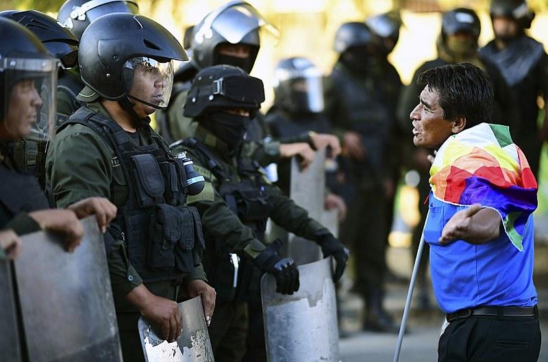 Apoiador do presidente Evo Morales diante de policiais durante manifestação em Cochabamba, no dia 18 de novembro de 2019