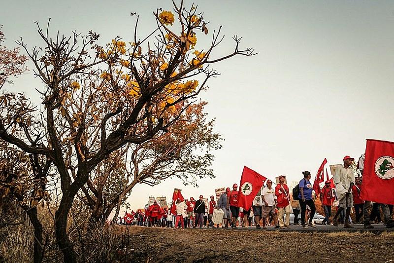 Milhares de pessoas marcham até Brasília