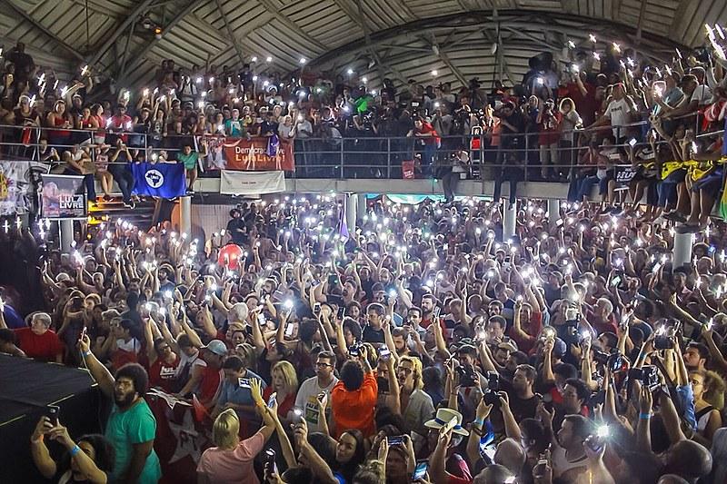 """Público no Circo Voador anunciava em coro """"vai avançar a unidade popular""""; Mãe e irmã da vereadora Marielle também estiveram presentes."""