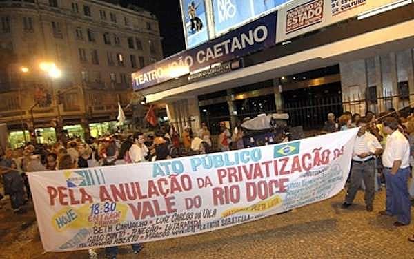 """População foi às ruas para protestar contra a privatização da companhia Vale do Rio Doce, vendida """"a preço de banana"""" em 1997"""
