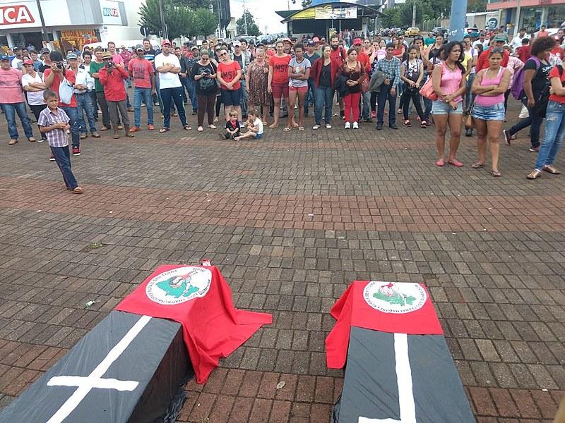 Em memória das vítimas, cerca de 300 pessoas que vivem em acampamentos da região de Quedas do Iguaçu se reuniram nesta manhã em um ato