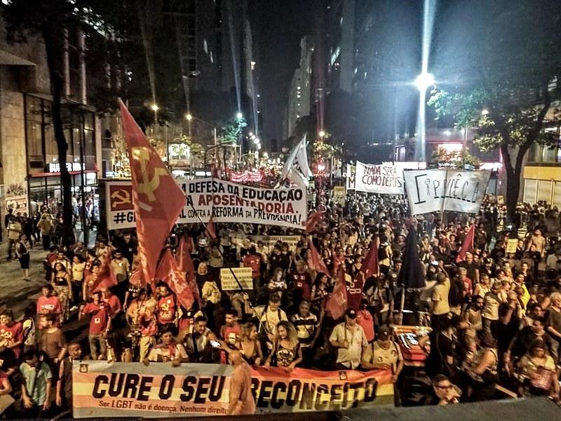 Cerca de 100 mil manifestantes no Rio de Janeiro caminham pela Avenida Rio Branco em direção a Cinelândia