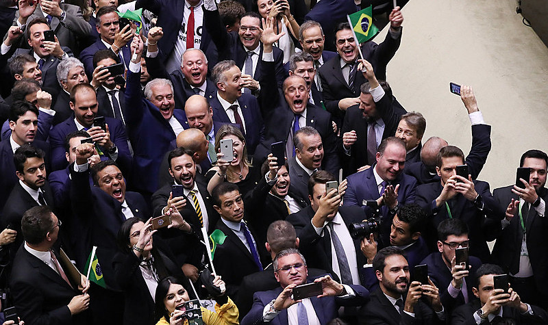 Deputados governistas comemoram a vitória do projeto que aumenta tempo de contribuição e reduz valor do benefíco