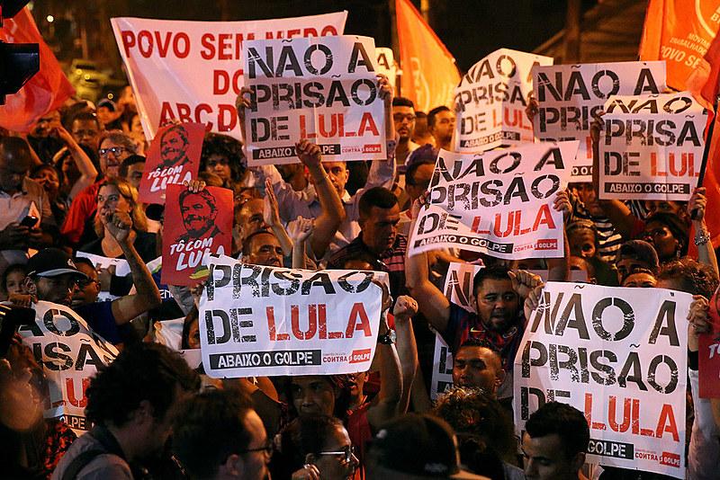 População se manifesta contra o golpe