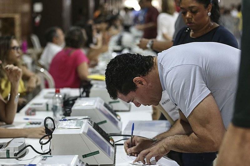 Mais de cinco milhões de catarinenses vão às urnas escolher presidente e governador neste domingo (28)