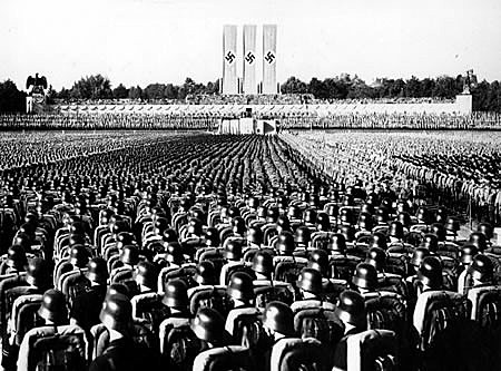 Tropas nazistas aguardam pronunciamento de Adolf Hitler