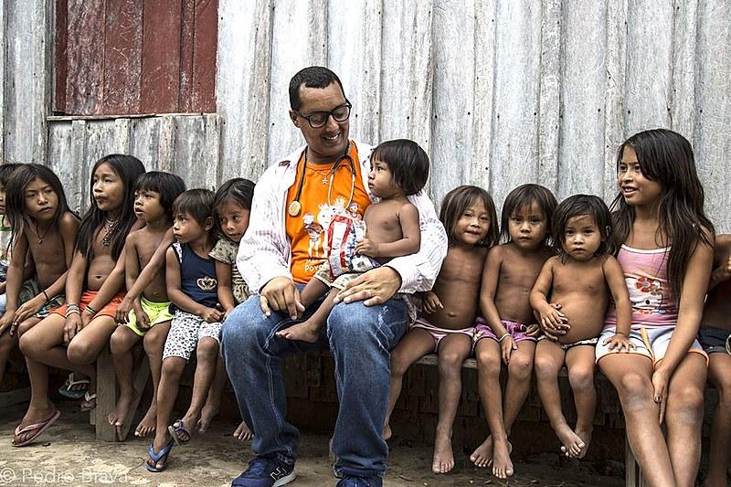 Médico cubano Arnaldo Cedeño se despede de aldeia indígena Apalaí e Wayana na fronteira com o Suriname