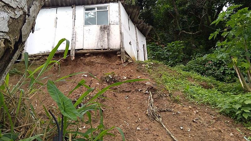 """Área do morro conhecida como """"Poço"""" tem barracos construídos com madeira, pau a pique e estuque que correm risco de desabamento"""