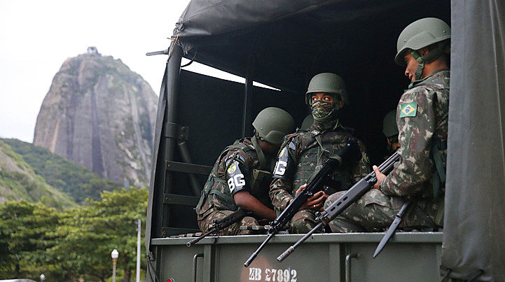 O Comando Militar do Leste declarou que o vídeo em que militares aparecem agredindo um morador foi analisado e considerado autêntico