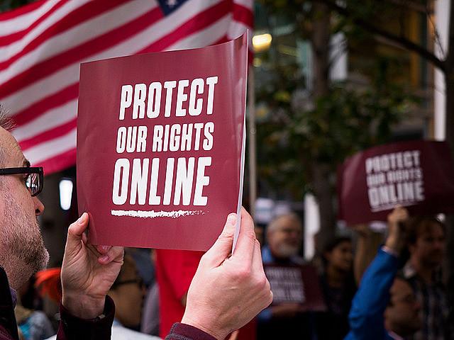"""Em San Francisco, estadunidense protesta contra fim da neutralidade de rede: """"Protejam nossos direitos online"""""""