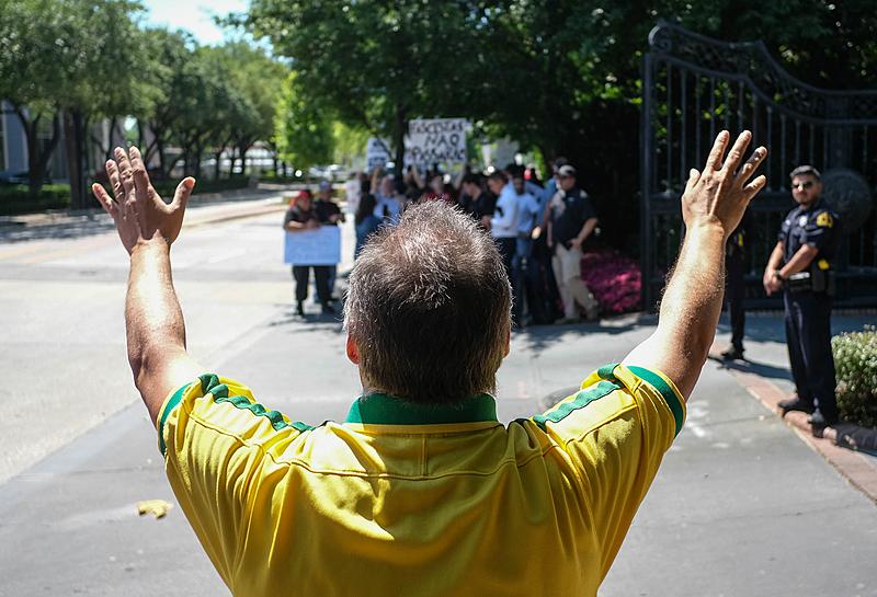 Protestos foram convocados para este domingo (26) em 60 cidades
