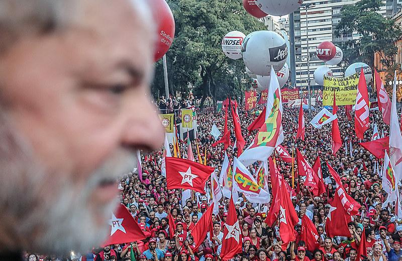 Povo com Lula em ato pela democracia na Praça da República, em São Paulo