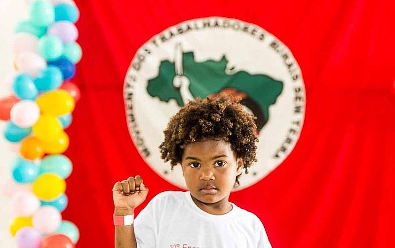 """""""Bandeira, bandeira, bandeira vermelhinha / O futuro do Brasil está na mão dos Sem Terrinha"""""""
