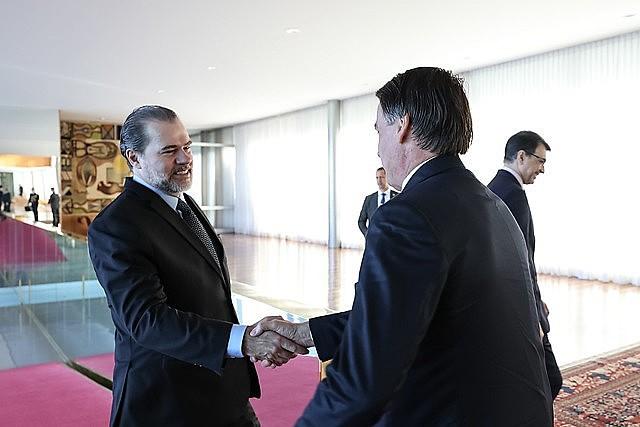 O presidente do STF, Dias Toffoli, cumprimenta Bolsonaro durante encontro que selou o pacto