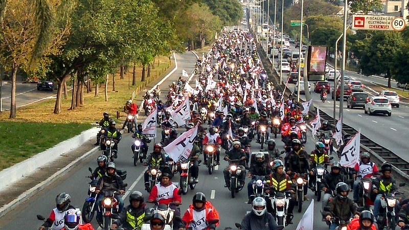 Cerca de cinco mil motociclistas percorreram importantes vias da cidade em protesto contra o preço dos combustíveis