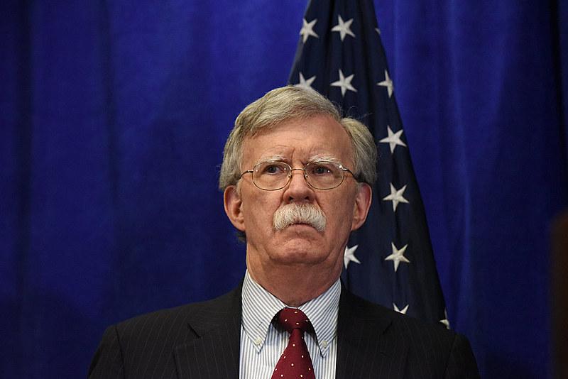 """Segundo Bolton,  o""""círculo financeiro internacional irá se fechar completamente"""" caso militares não acatem a decisão"""