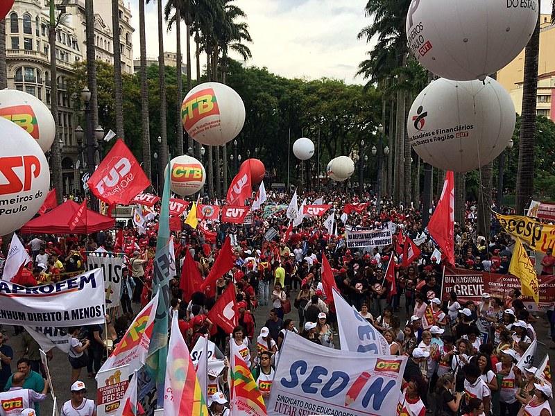 Na Praça da Sé, concentração do ato que encerrou o Dia Nacional de Greves e Paralisações em São Paulo (SP), nesta sexta (11)