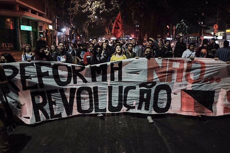 Estudantes protestam contra reforma do ensino médio em São Paulo.