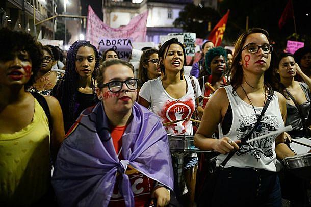 Mulheres em manifestação na Candelária, Rio de Janeiro