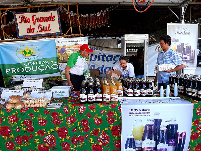 Residents of settlements sell great diversity of products at the 3rd National Agrarian Reform Fair in São Paulo