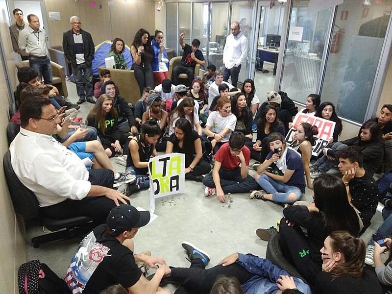 Cerca de 90 estudantes do Instituto Federal do Paraná - IFPR ocuparam a Reitoria da instituição na manhã desta segunda-feira (1).