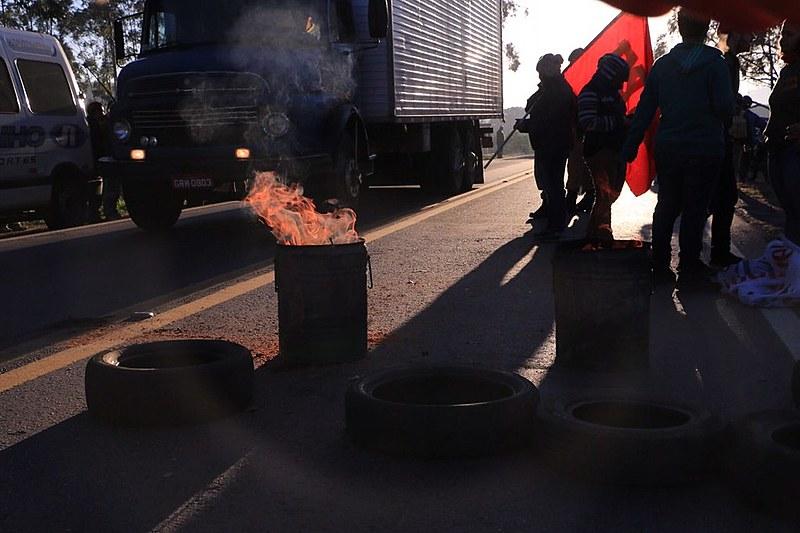 Em Itatiaiuçu o Movimento dos Trabalhadores Sem Terra abriu o pedágio da rodovia 381