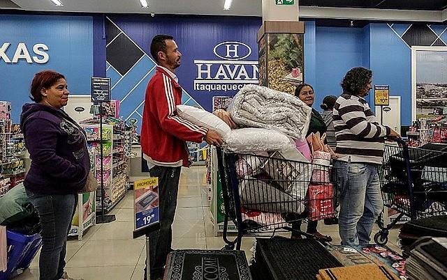 Integrantes do MTST na fila do caixa das lojas Havan em Itaquaquecetuba