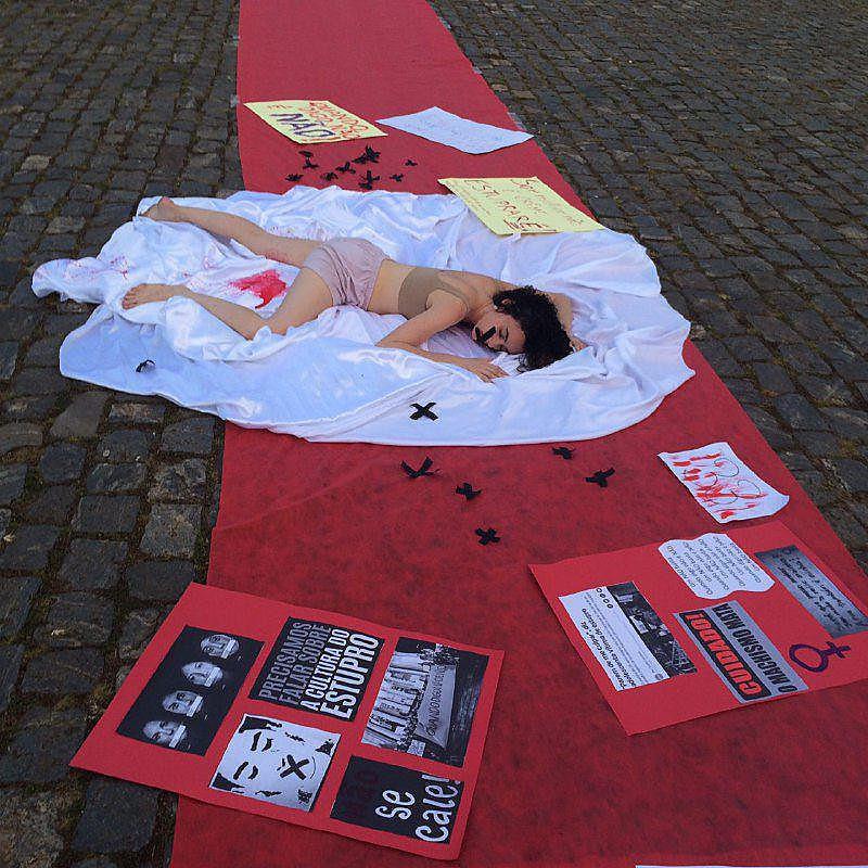 Performance em Mariana (MG) durante a manifestação contra cultura do estupro na última quarta-feira (1)