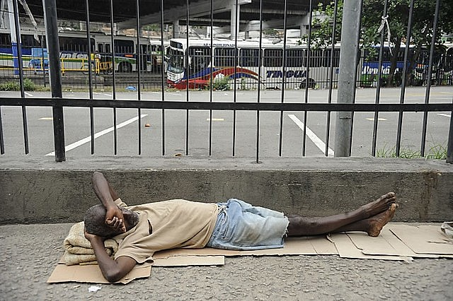 With no policies and with the economic crisis, the number of homeless people in Rio de Janeiro state has been on the rise