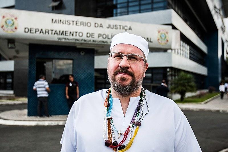 Líder umbandista em frente à Superintendência da Polícia Federal em Curitiba
