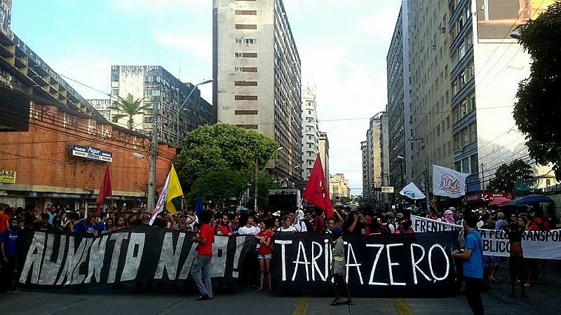 Protesto percorreu as ruas da zona do central da capital pernambucana