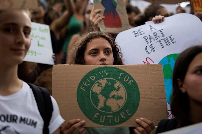 Milhares de manifestantes foram às ruas protestar contra mudanças climáticas e a favor de políticas públicas para o meio ambiente.