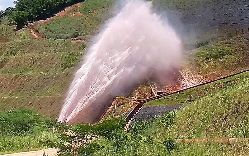 Em 25 minutos vazaram mais de 300 toneladas de polpa de minério de ferro, contaminando o ribeirão Santo Antônio, na Zona da Mata mineira