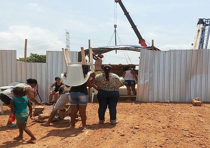 Sem diálogo, moradores ocupam o canteiro.  20 famílias foram removidas de um total de 174 que ainda aguardam a remoção