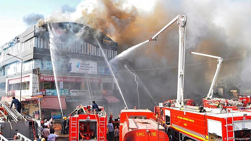 O fogo atingiu um prédio histórico de 4 andares, no centro da capital indiana