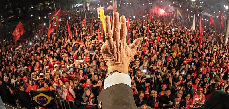 Após depoimento, Lula é recebido no encerramento da Jornada da Democracia por mais de 50 mil pessoas, em Curitiba