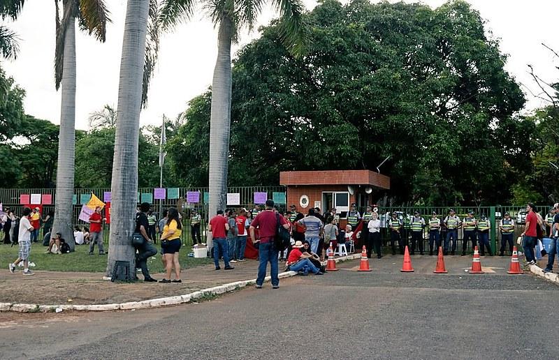 Movimentos sociais fizeram vigília para defender sede diplomática venezuelana, que foi esvaziada depois de 12 horas
