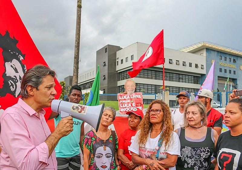 Haddad lê mensagem do ex-presidente na Vigília Lula Livre