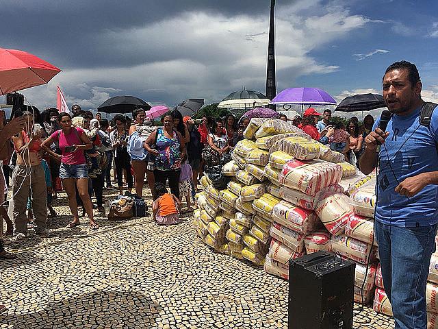 Las organizaciones llevaron alimentos por el valor de US$ 1,3 mil, que serán distribuidos a los miembros de movimientos por vivienda