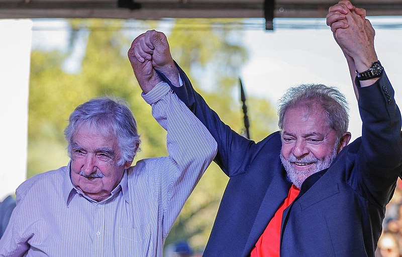 O uruguaio Pepe Mujica ao lado de Lula durante debate público nesta segunda (19)