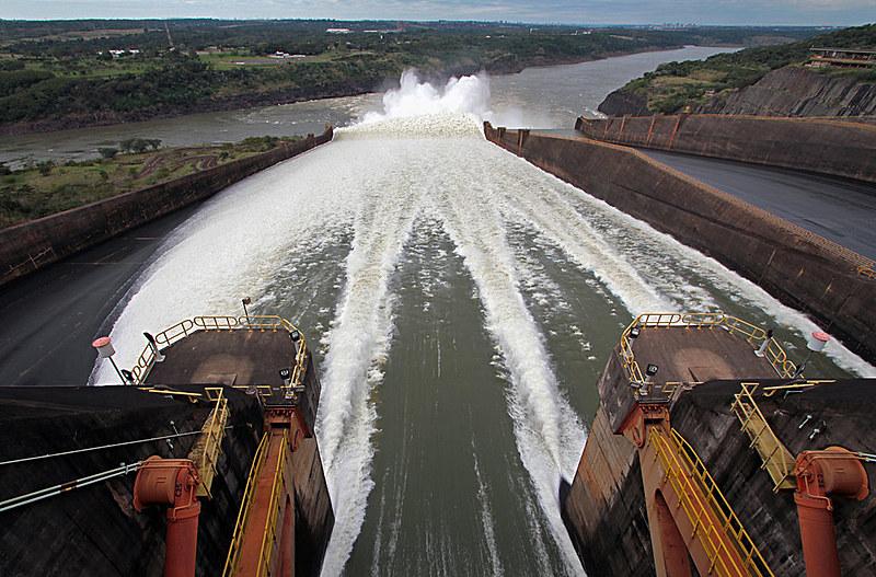 A Usina Hidrelétrica Binacional de Itaipu responde por 17% do mercado brasileiro de eletricidade e 85% do consumo paraguaio
