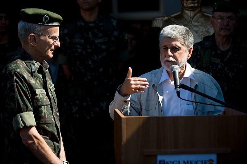 Celso Amorim, à direita, foi ministro da Defesa no governo Dilma entre 2011 e 2015.