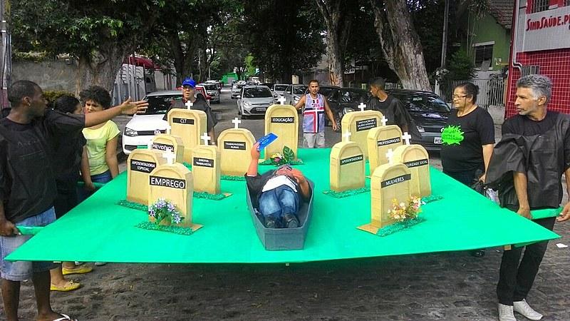 O cemitério montado mostra quais categorias mais serão afetadas com a reforma da Previdência